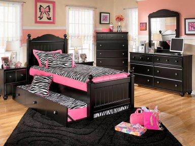 Чёрная мебель и цветовая палитра стен в интерьере.