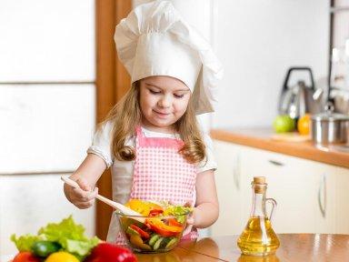 Маленькая помощница на кухне